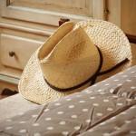 1355045045lepianore_marcello_cappello_paglia_country_bedroom_camera